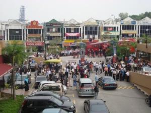 Kehadiran Polis dan FRU di Plaza Massalam